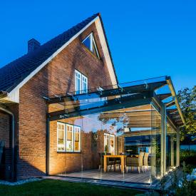 Teraszfedés esettanulmány: Modern fa gerendás üvegterasz szélvédett terasz kialakításához